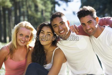grupo de jovens relaxando no campo