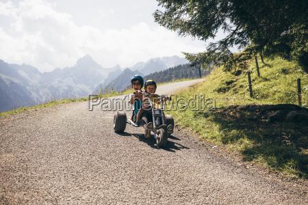 mae e filho que usam capacetes