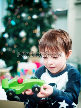 menino que abre presentes de natal