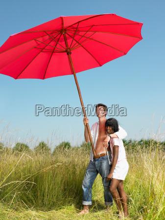 pares, com, um, guarda-chuva, de, praia - 19441908