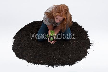 mulher ambiente solo curiosidade agricultura sujeira