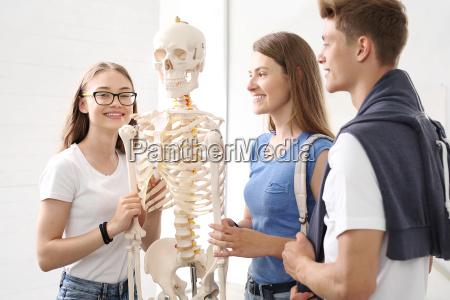 adolescentes na aula de biologia