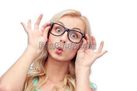 mulher nova feliz nos vidros que