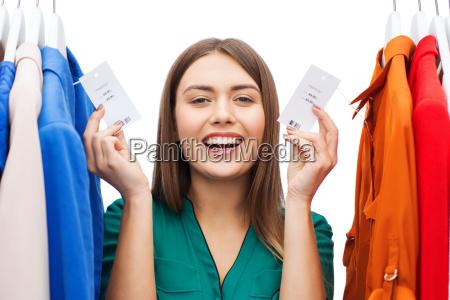 mulher feliz com tag da venda