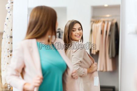mulher feliz que levanta no espelho