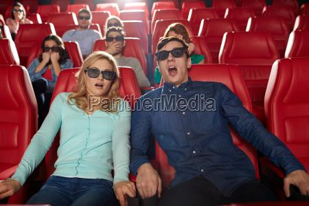 amigos assistindo filme de terror em
