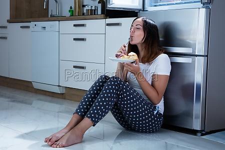 mulher casa construcao alimento saude doce