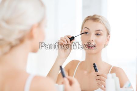 a mulher com mascara que aplica