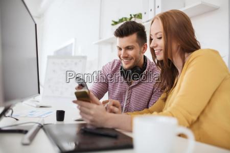 mulher telefone pessoas povo homem risadinha