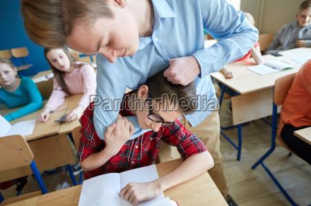 sofrimento do menino do estudante do