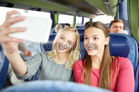 mulheres levando selfie por smartphone no