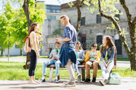 grupo de estudantes adolescentes no patio