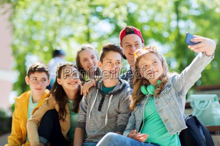 estudantes adolescentes felizes que tomam o