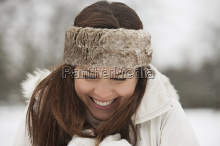 mulher risadinha sorrisos solitario lazer estilo