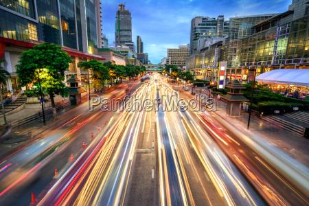 rua ocupada no crepusculo completamente de