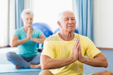 seniores que executam a ioga