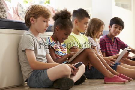 o grupo de criancas senta se