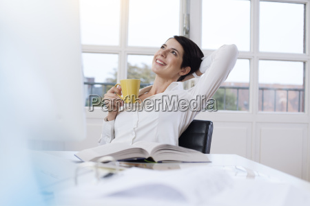mulher pessoas povo homem escritorio risadinha
