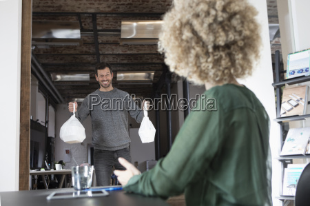 homem trazendo comida para o escritorio
