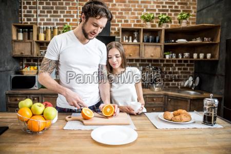 homem, cortando, laranja - 20559125