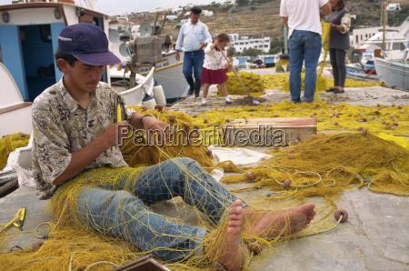 fischer haende und fuesse mit fischernetz