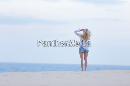 mulher na praia arenosa na camisa