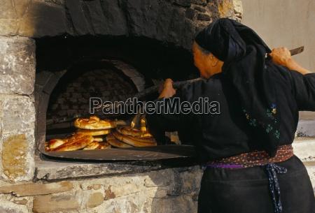 mulher pessoas povo homem alimento pao