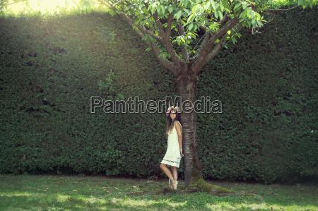 menina no jardim com uma coroa