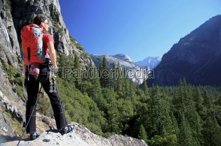 um alpinista faz uma pausa nas