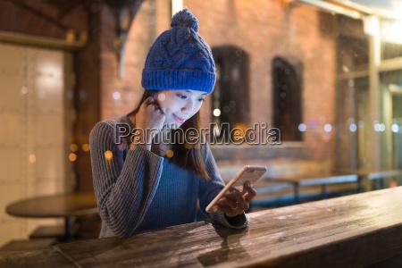 mulher telefone cafe restaurante pessoas povo