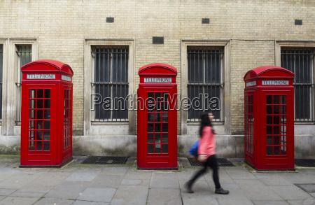 mulher telefone publico cabine de telefone