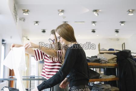 duas mulheres novas em uma loja