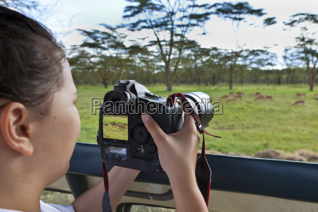 africa kenia adolescente toma foto animal