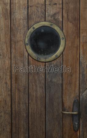 porta de madeira com vigia de