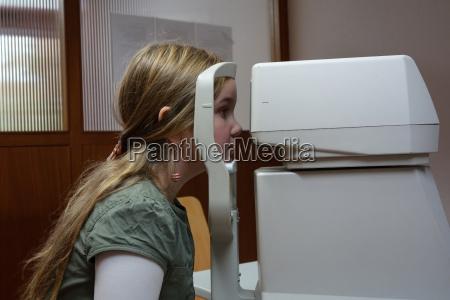 alemanha freiburg menina fazendo teste ocular