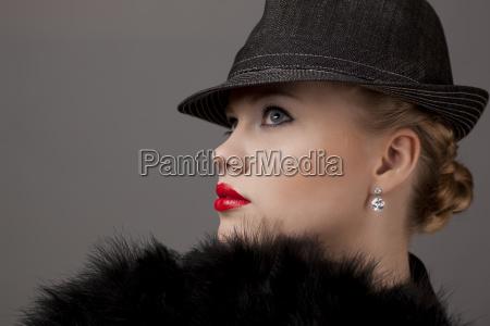 mulher nova com chapeu