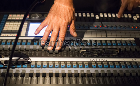 maos do coordenador audio no console