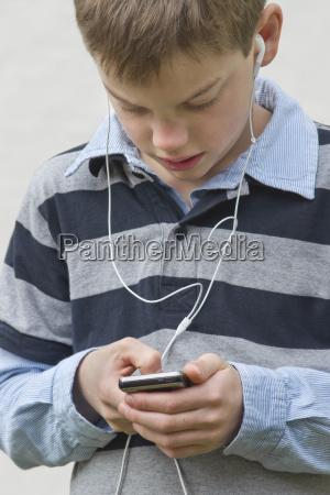 menino que usa o telefone movel
