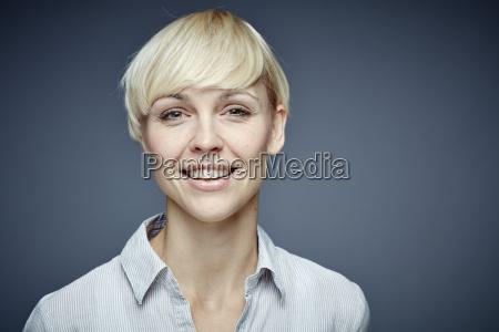 retrato da mulher loura de sorriso