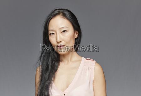 retrato da mulher com cabelo preto