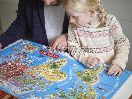pai e filha que jogam com