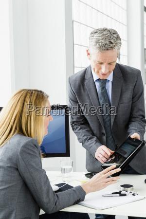 alemanha empresarios que trabalham na tabuleta