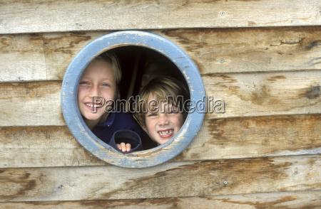 criancas que olham atraves do indicador
