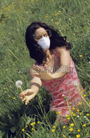 mulher que desgasta uma mascara e
