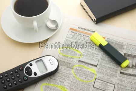 chavena de cafe jornal e marcador