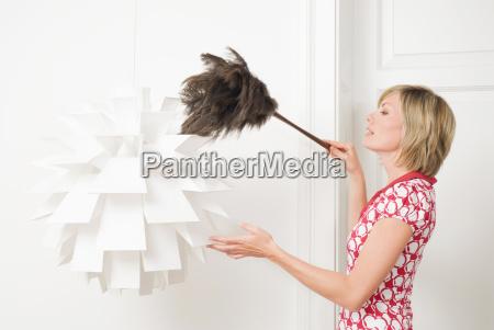 mulher sacudindo uma lampada com um