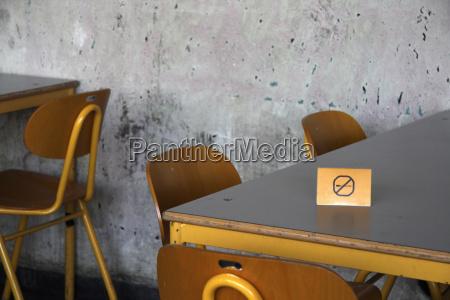 mobiliario madeira concreto parede falta cantina
