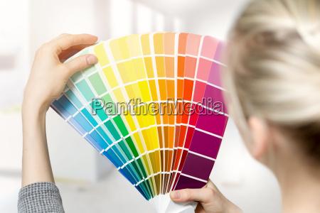 mulher selecionando cor de tinta interior