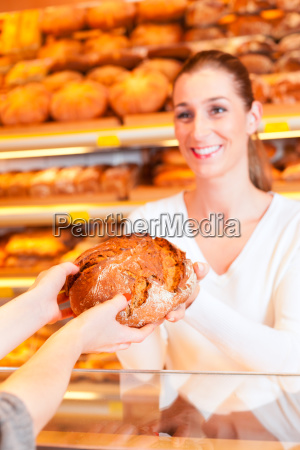vendedor com o cliente femea na
