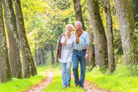 pares senior que tem a caminhada